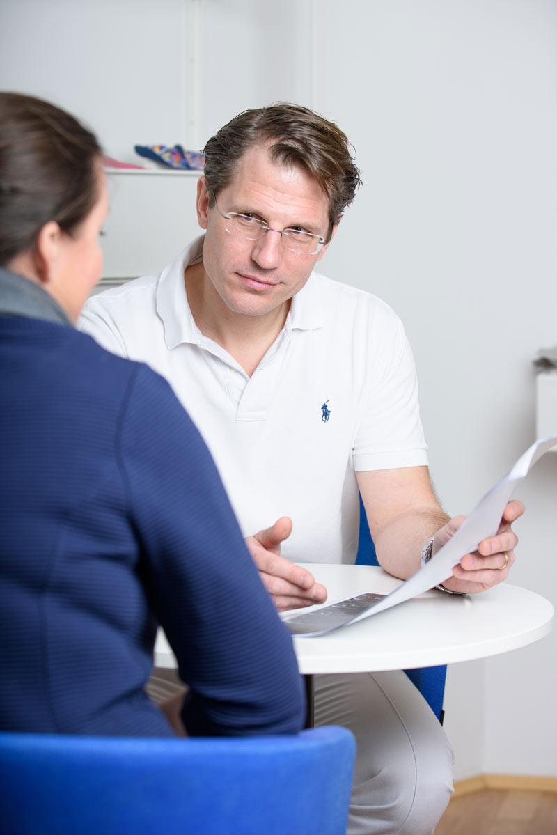 Dr. Pfeiffer-Bassi bei der Erstellung und Besprechung des Therapieplans und der alternativen Möglichkeiten
