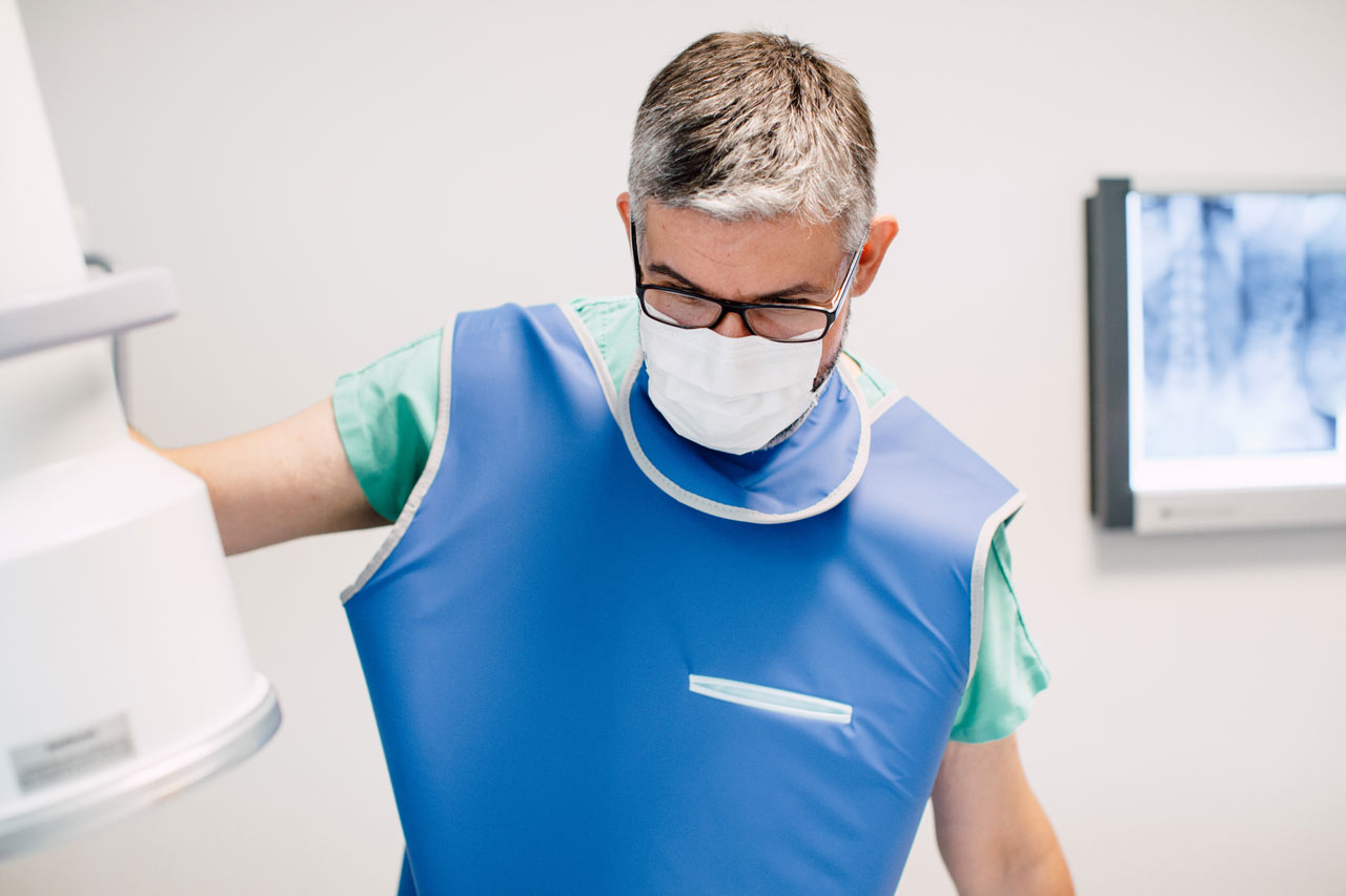 Transforaminal-epidurale Infiltration im medsyn. OA Dr. Fernas Amir am C-Bogen.