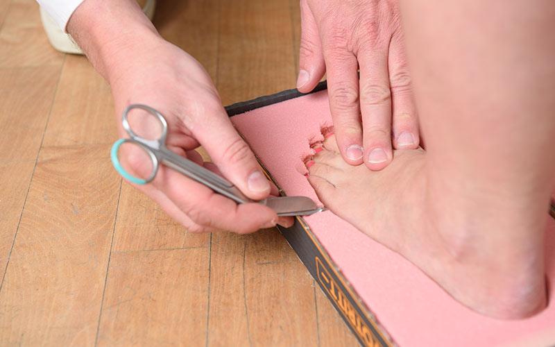 Bstaendig Einlagenerstellung bei medsyn. ein Orthopädietechniker erstellt eine Einlage für einen Patienten