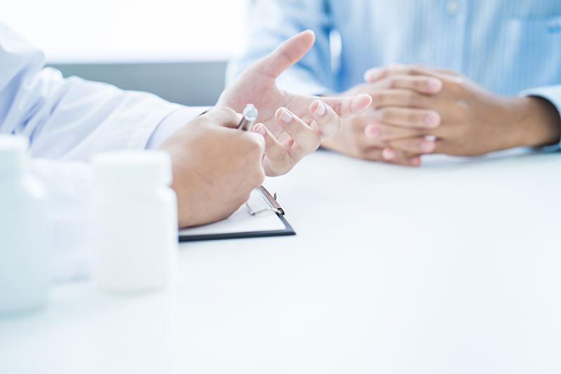 Besprechung mit Dr. Amir und Patienten für die Nicht-operative Behandlungsmethode