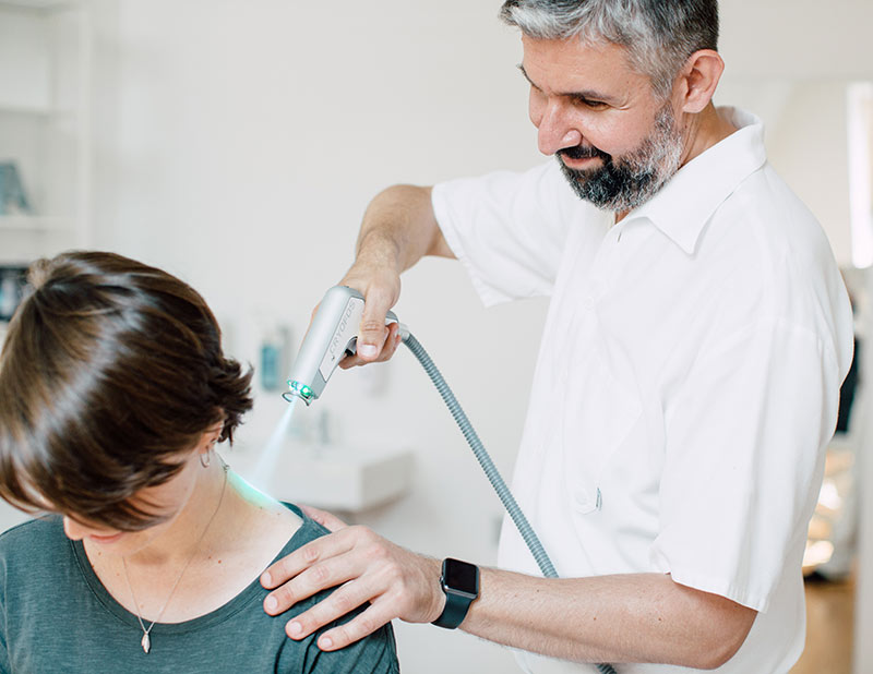 Cryofos Kältereiztherapie im medsyn - Behandlung im Rückenbereich