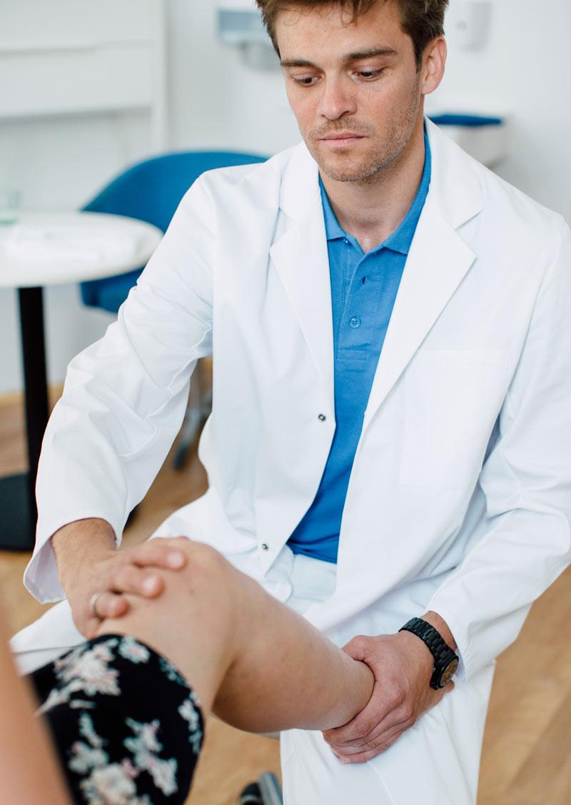 Dr Lukas Hold - Orthopäde im medsyn bei der Diagnose eines Kniegelenks