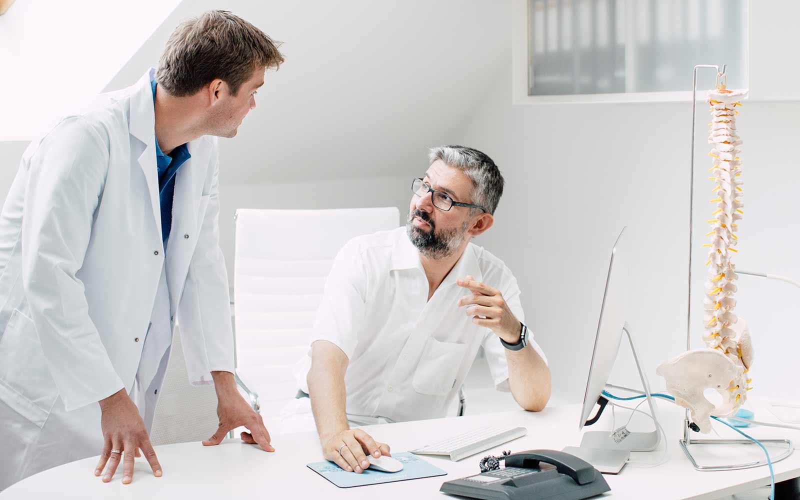 Dr. Lukas Hold und Dr. Fernas Amir im Zentrum für Interdisziplinäre Orthopädie im medsyn, Wien